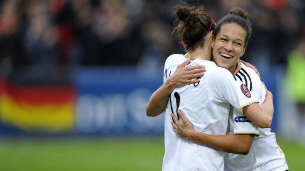 Die Mittelstürmerin der der deutschen Fussballerinnen Celia Okoyino da Mbabi (re) freut sich.