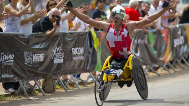 Marcel Hug gewinnt in Lyon Gold für die Schweiz im Rollstuhl-Marathon.