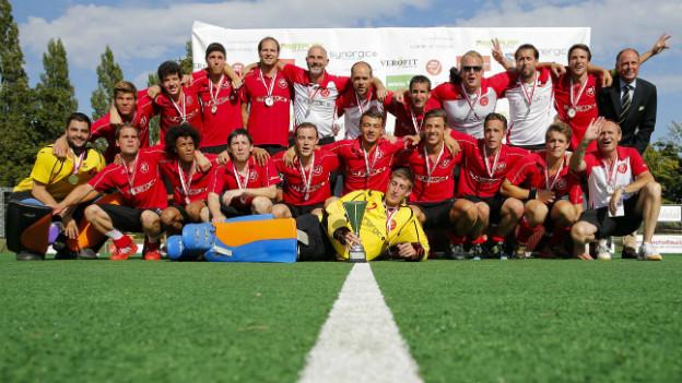 Siegerbild: Die Schweizer (Land-)Hockey Nationalmannschaft mit der Siegestrophäe.