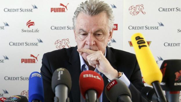 Ein bewegter Ottmar Hitzfeld heute bei der Bekanntgabe seines Rücktritts.