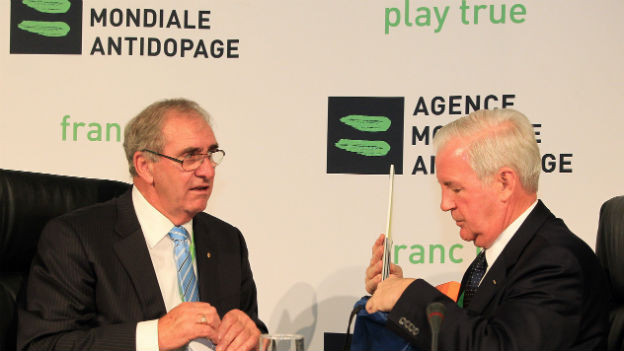 Craig Reedie (rechts), der neue Präsident der Welt-Antidoping-Agentur, mit seinem Vorgänger John Fahey
