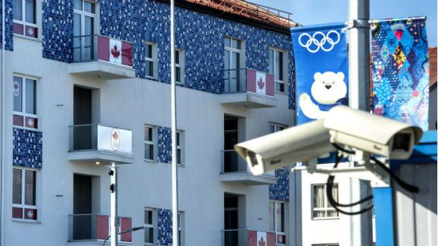 Unterkunft für Athleten im Olympiadorf, an den Balkonen hängen kanadische Flaggen.