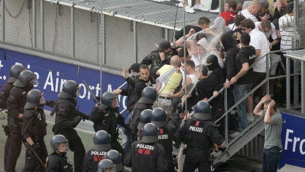 Polizei und Hooligans in Köln