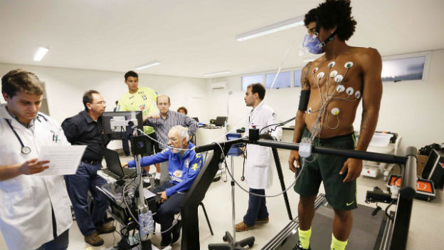 Die brasilianischen Spieler Thiago Silva und Dante werden medizinisch betreut.