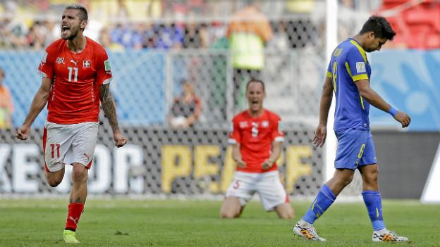 Valon Behrami feiert den Sieg der Schweiz, im Hintergrund ist Stephan Lichtsteiner zu sehen, der auch jubelt.