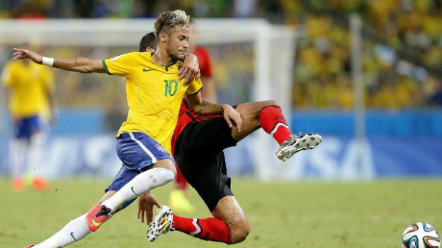Mexikos Francisco Rodriguez zupft am Shirt von Brasiliens Neymar.