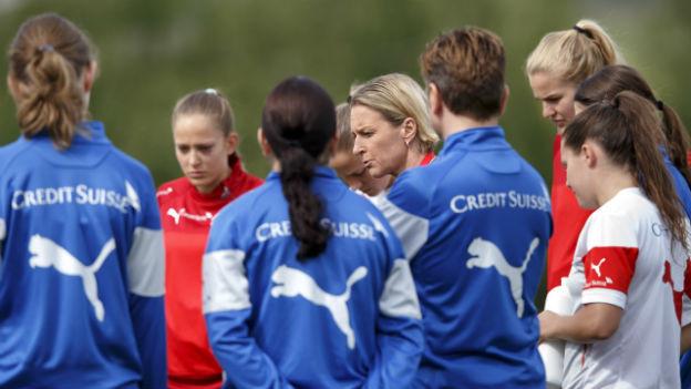 Trainerin Voss-Tecklenburg (Mitte) mit Spielerinnen im Training.