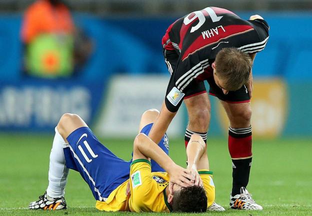 Der Deutsche Captain Philipp Lahm tröstet den Brasilianer Oscar.
