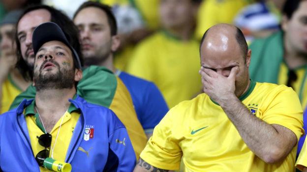 Leere Gesichter bei brasilianischen Fussballfans im Stadion.