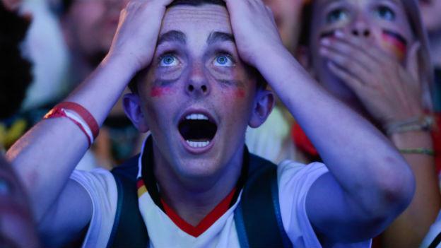 Ein Deutschland-Fan in Grossaufnahme staunt mit offenem Mund über das Resultat.
