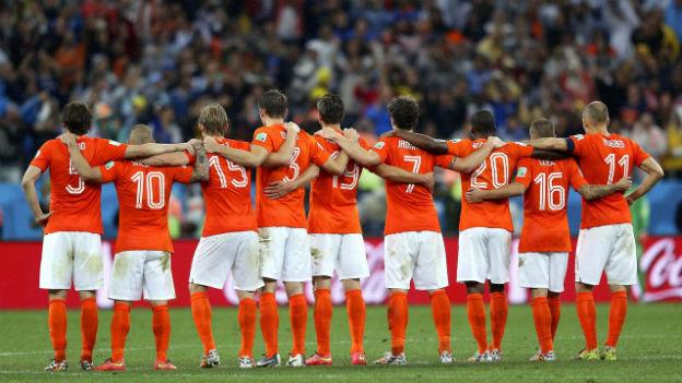 Die Spieler des holländischen Nationalteams stehen in einer Linie und warten auf das Penaltyschiessen.