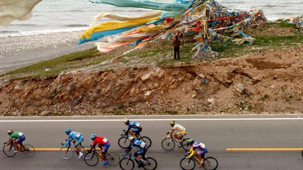 Radfahrer unterwegs auf der Tour de Qinghai am Qinghaisee in Tibet.