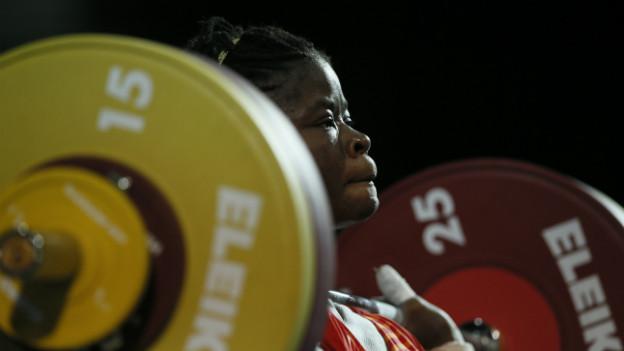 Die Gewichtheberin Myriam Wafo Ghekap versucht die 63 Kg-Hantel zu stemmen.