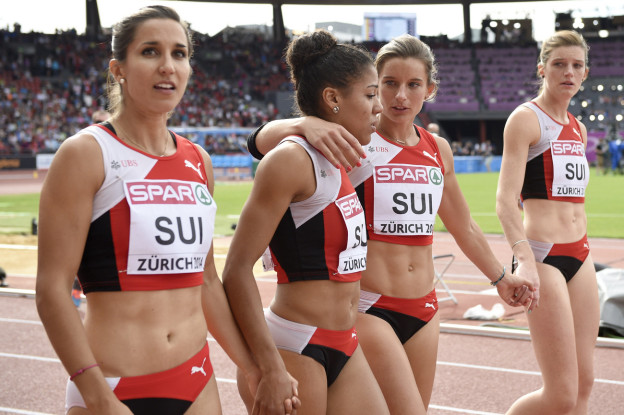 Die vier Sprinterinnen gehen trotz Niederlage auf die Ehrenrunde.