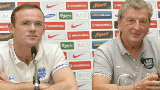 Wayne Roone und Trainer Roy Hodgson an einer Pressekonferenz.