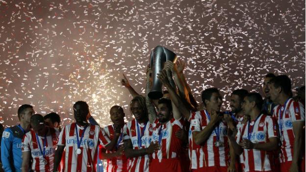 Die Spieler von Olympiakos Piräus feiern im April 2014 den 16. Meistertitel in 18 Jahren.