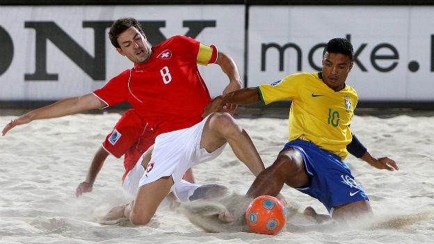 Das Beach-Soccer-Finalspiel 2009 zwischen der Schweiz und Brasilien, zwei Spieler im Sand.