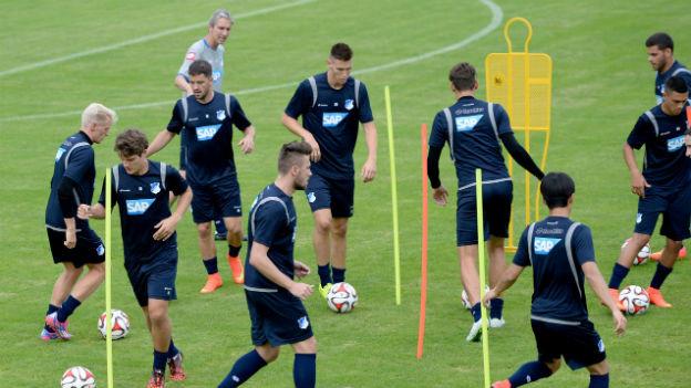 Spieler des FC Hoffenheim auf dem Trainingsplatz