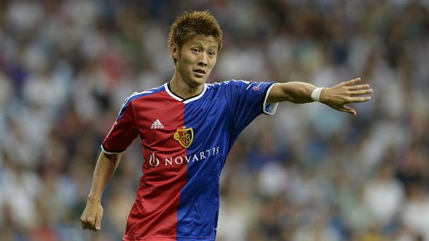 Das Bild zeigt Yoichiro Kakitani, den japanischen Fussballer beim FC Basel. Er rennt über den Fussballrasen.