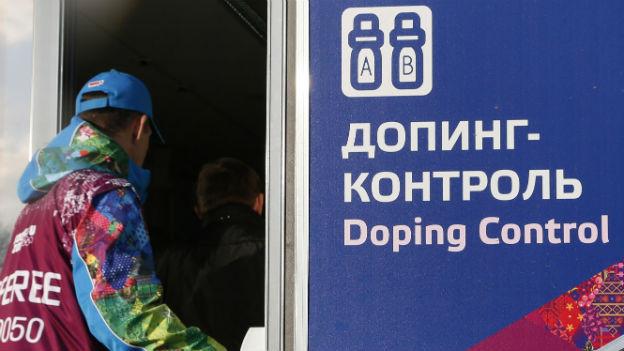 Ein Offizieller tritt ins Doping-Kontrollzentrum im Biathlon-Stadion von Sotschi ein (Februar 2014).