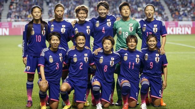 Die japanische Fussballnationalmannschaft der Frauen posiert für ein Mannschaftsfoto.