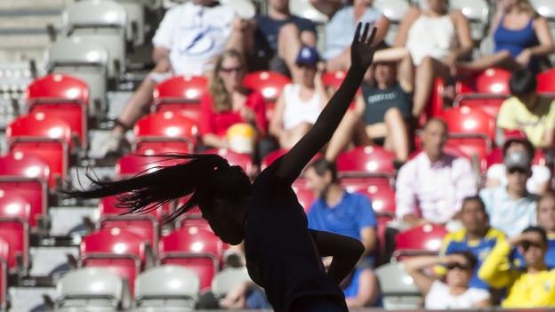 Die Silhouette der ecuadorianischen Nationalspielerin Madelin Riera vor der Zuschauertribüne, als sie im Spiel gegen Kamerun um einen Ball kämpft.