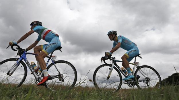 Zwei Radfahrer bei einer leichten Steigung.