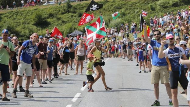 Fans überqueren die Strasse der Tour de France