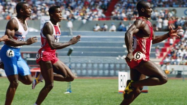 Drei schwarze Sprinter, ganz rechts Ben Johnson, dem die Goldmedaille im 100-Meter-Sprint in Südkorea nachträglich wegen Dopings aberkannt wurde.