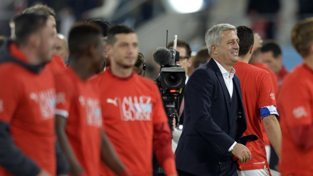 Trainer Petkovic mit Spielern nach dem Match, im Hintergrund eine TV-Kamera.