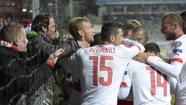 Die Schweizer Fussballer jubeln über ihren Treffer beim 1:0-Sieg in Estland.