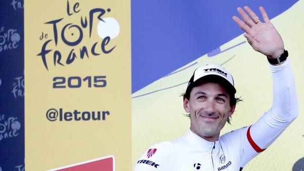 Teamfahrer Fabian Cancellara feiert auf dem Podium einen Teilerfolg an der 102. Tour de France.