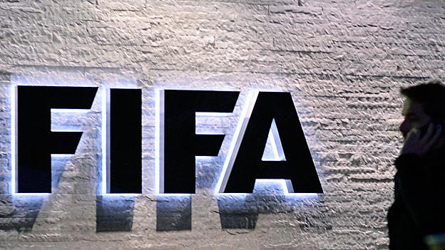 Beleuchtetes schwarzes Fifa-Logo an der Mauer des Fifa-Sitzes in Zürich.