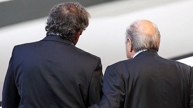 Michel Platini und Sepp Blatter drehen der Kamera den Rücken zu.