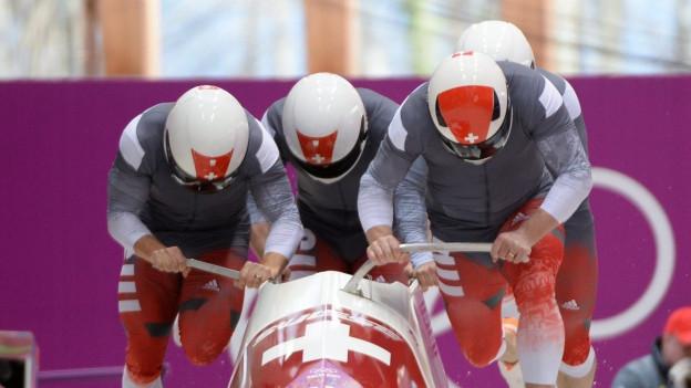 Schweizer Viererbob beim Start.