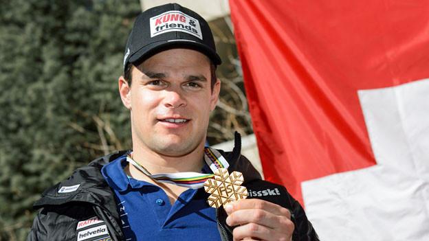 Patrick Küng mit seiner WM-Goldmedaille.