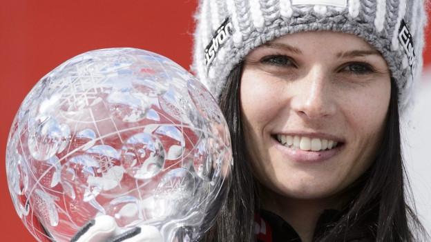 Nahaufnahme von Anna Fenninger: In der Hand hält sie die grosse Kristallkugel.