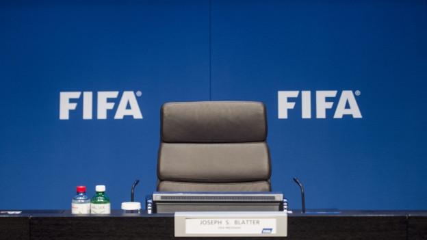 Ein leerer Stuhl mit einem Namensschild mit dem Namen «Joseph S. Blatter» drauf.