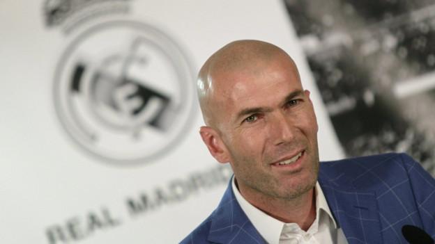 Zu sehen ist Zinedine Zidane bei der Vorstellung als neuer Trainer von Real Madrid.