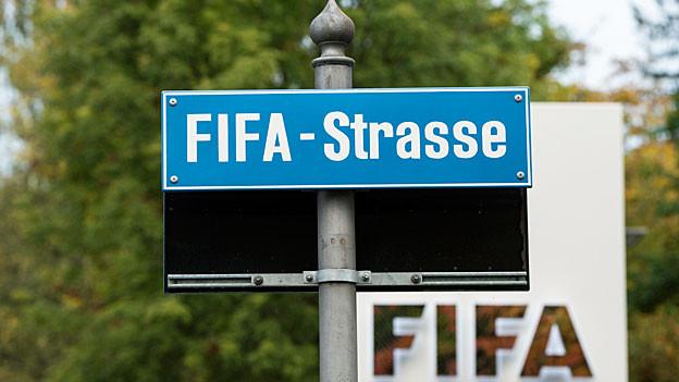 Vor dem Fifa-Logo steht auf einem blauen Strassenschild: Fifa-Strasse.