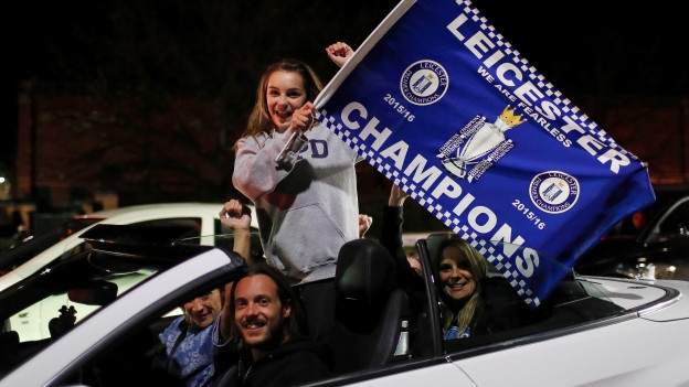 Zu sehen sind jubelnde Fans in Leicester nach dem Gewinn des Fussball-Meistertitels.