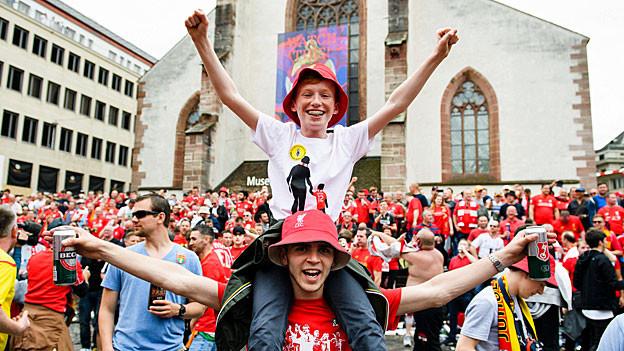 Liverpool-Fans auf dem Basler Barfüsserplatz.