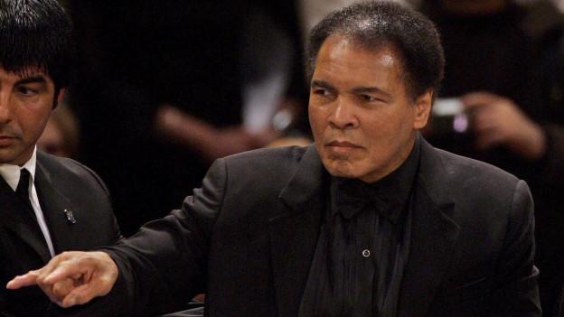 Das Bild zeigt die Boxlegende Muhammad Ali bei einem Boxkampf seiner Tochter Laila Ali im Dezember 2005 in Berlin.