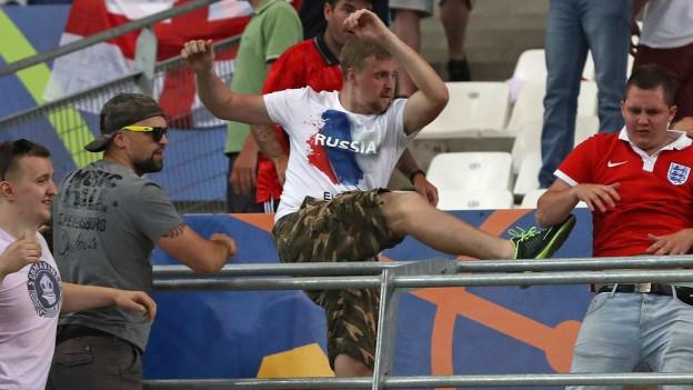 Gewalt im Stadion: Russische Hooligans attackieren englische Fans in Marseille.