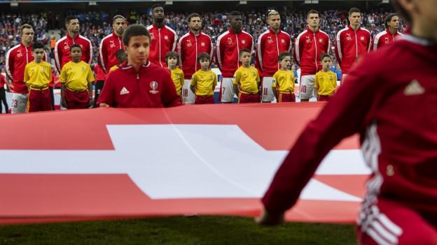 Die Schweizer Nationalmannschaft vor dem Spiel gegen Frankreich im Pierre-Mauroy Stadion in Villeneuve-d'Ascq in der Nähe von Lille.