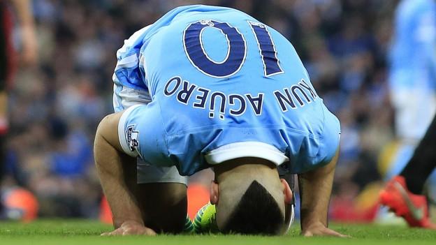 Sergio Agüero von Manchester City kniet nach einem verlorenen Spiel verzweifelt auf dem Rasen.