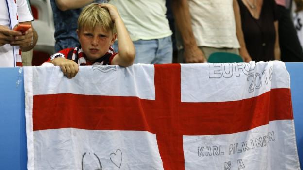 Ein junger englischer Fussballfan hat Tränen in den Augen.