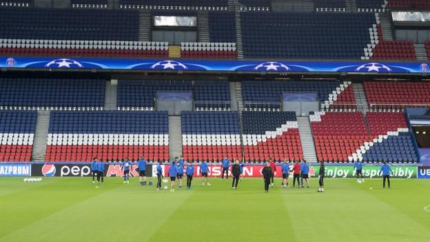Im leeren Stadion trainiert der FCB vor dem Champions League-Spiel gegen Paris Saint-Germain heute Abend.