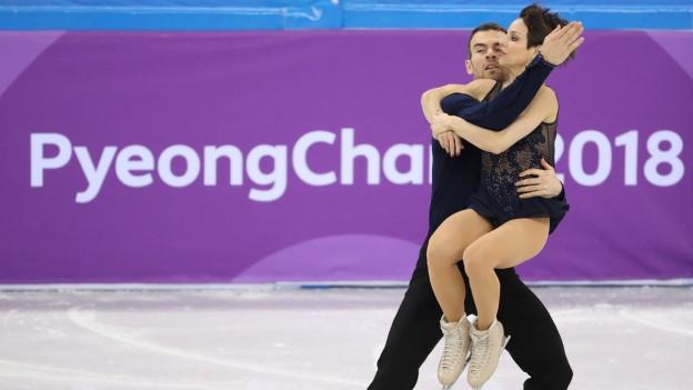 Das Bild zeigt zwei Eiskunstläufer beim Paarlauf an den Olympischen Winterspielen in Südkorea.
