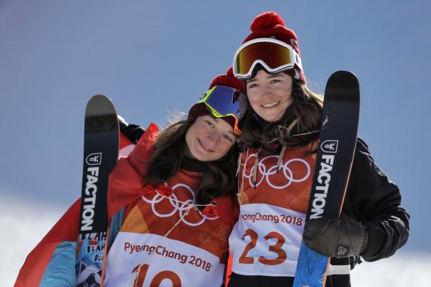 Sarah Hoefflin (Gold) und Mathilde Gremaud (Silber) strahlen nach ihrem Doppelsieg im Slopestyle um die Wette.